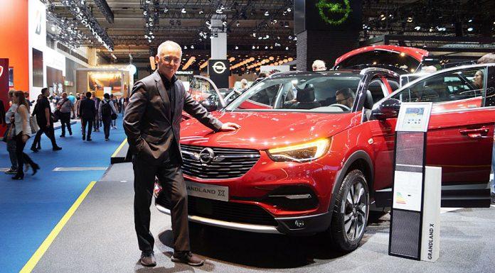 Friedhelm Engler vor dem Opel Grandland X