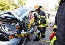 Rettungskräfte proben die Befreiung von Insassen aus einem Opel Ampera-e.