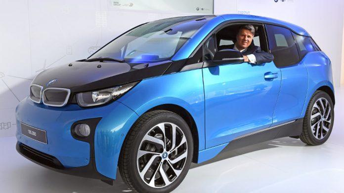 BMW-Chef Krüger in einem i3.