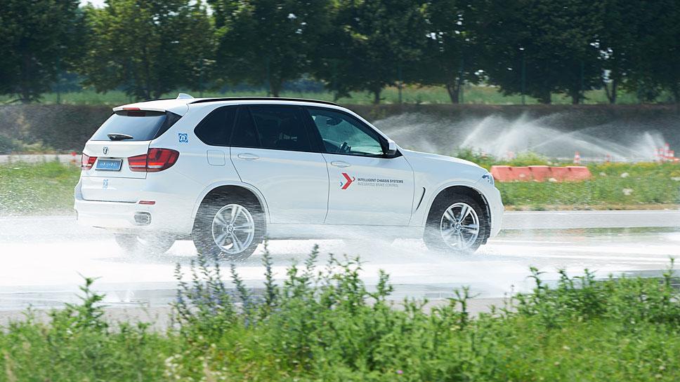 Ein Versuchsfahrzeug mit Intelligenter Bremskontrolle