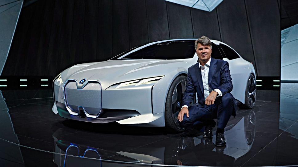 BMW-Chef Harald Krüger vor dem i Vision Dynamics.