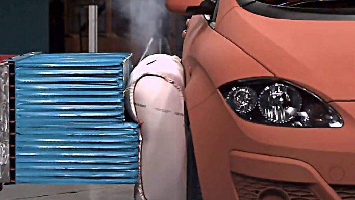 Ein externer Pre-Crash Airbag absorbiert beim Seitenaufprall die Energie.