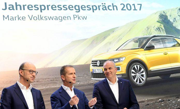 VW-Markenchef Herbert Diess (m.) mit seinem Finanzchef Arno Antlitz (l.) und Vertriebschef Jürgen Stackmann. Foto: dpa