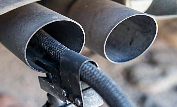 Abgasmessung bei einem Diesel. Foto: dpa