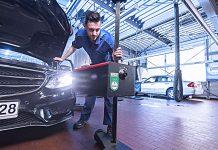 Lichttest an einem Mercedes. Promotor/Volz