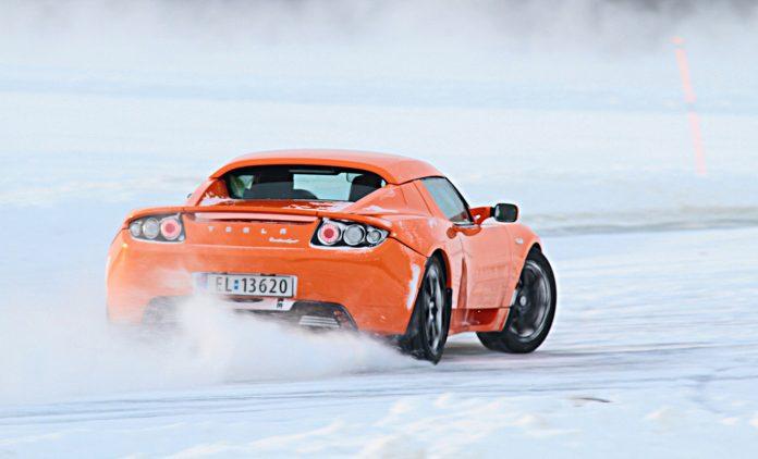 Ein Tesla im Winter