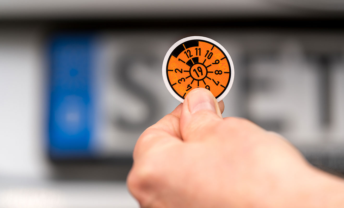 Die orangene HU-Plakette gilt bis Ende 2019. Foto: Dekra