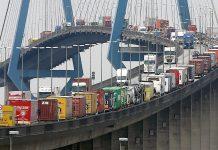 Lkws verstopfen die Köhlbrandbrücke in Hamburg. Foto: dpa