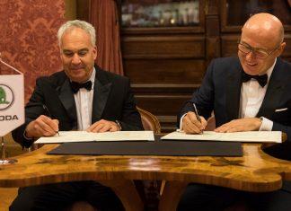 Skdoa-Chef Bernhard Maier (r.) und Erez Vigodman von Champions Motors unterzeichnen die Absichtserklärung.