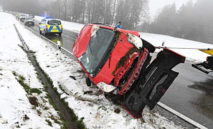 EIn Auto wird nach einem Unfall abgeschleppt. Foto: dpa