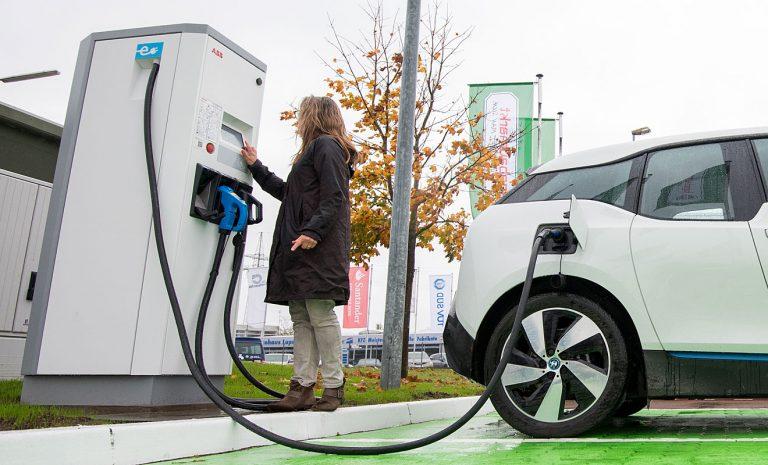 Regierung will Dienstwagensteuer für Elektroautos halbieren