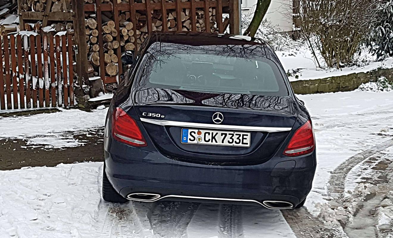 Der Mercedes C 350 e hat ein E-Kennzeichen. Foto: Daimler