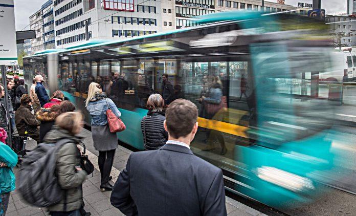 Fahrgäste warten auf den Bus. Foto: dpa