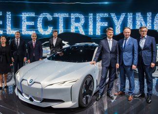 Der BMW-Vorstand mit der Studie BMW i Vision Dynamic, aus der der i4 hervorgeht. Foto: dpa