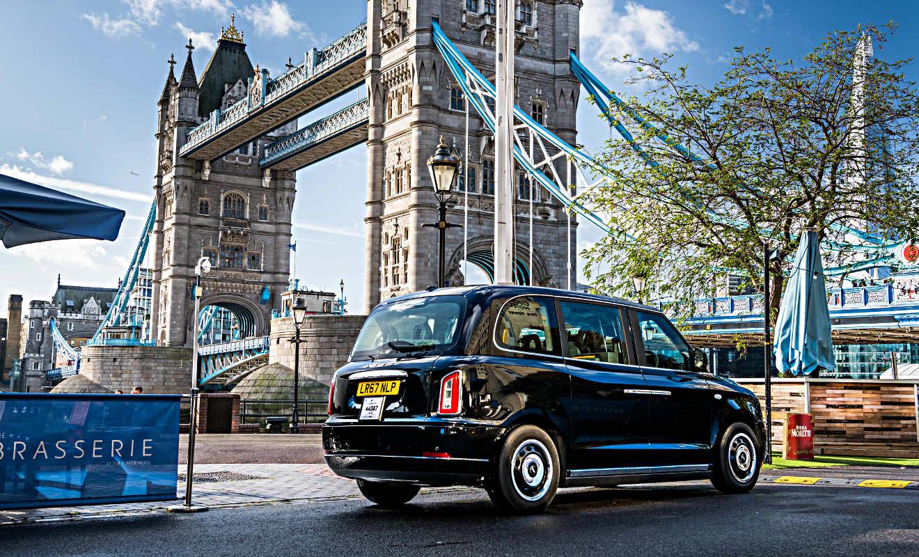 Black Cab vor der Tower Bridge. Foto: London Taxi