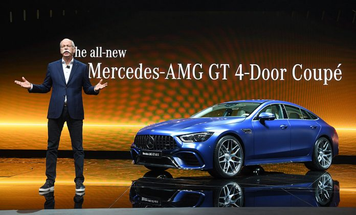 Mercedes-Chef Dieter Zetsche und der Viertürer AMG GT. Foto: dpa