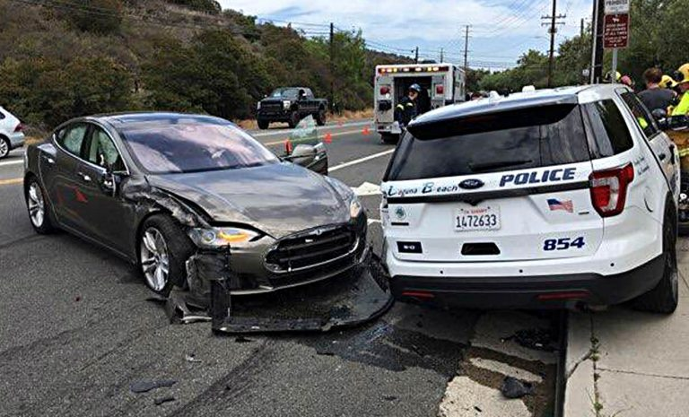 Tesla Model S fährt mit Autopilot auf Polizeiwagen auf