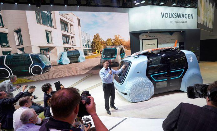 VW-Digitalchef Johann Jungwirth und der Sedric Active. Foto: VW
