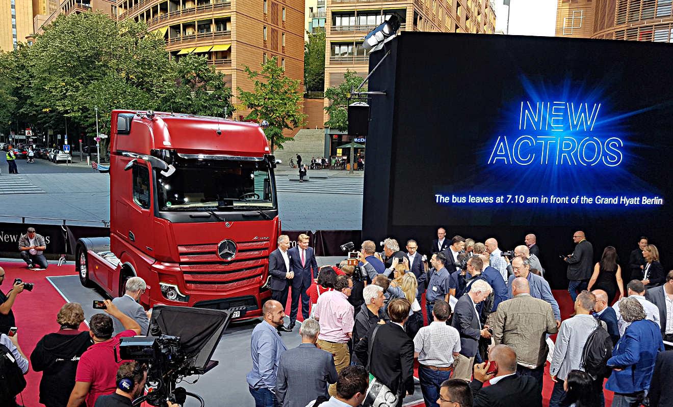 Stuttgart/Berlin - Daimler macht Laster fit für teilautomatisiertes Fahren