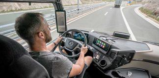 Im Mercedes Actros. Foto: Daimler