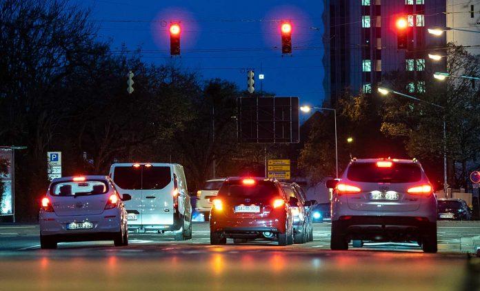 Abendlicher Verkehr in Darmstadt. Foto: dpa