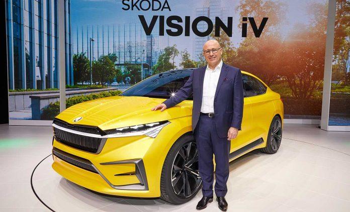 Bernhard Maier mit der Studie Skoda Vision iV. Foto: Skoda