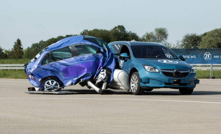 ZF mindert Unfallfolgen eines Seitencrashs ab