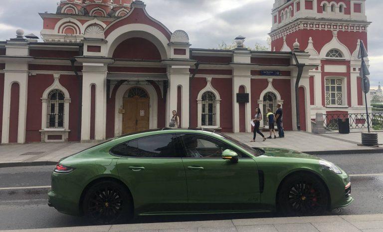 Im giftgrünen Porsche Panamera durch Russland