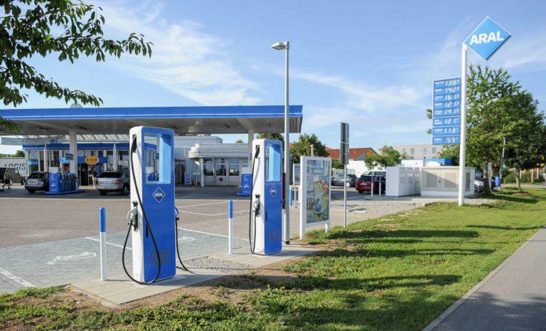 Strom statt Benzin: Ladestationen an Tankstellen