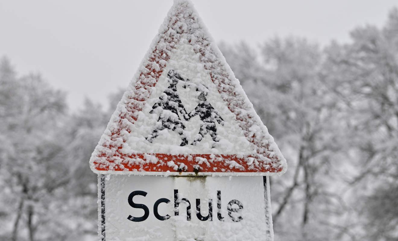 Verschneite-Verkehrsschilder-sind-kein-Freibrief