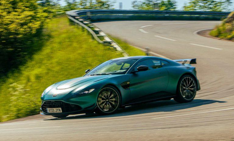 Aston Martin Vantage:  Auf der Straße in der Pole Position