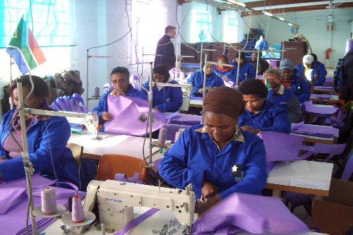 Frauen der Kooperative GUSCO bei der Produktion von Taschen