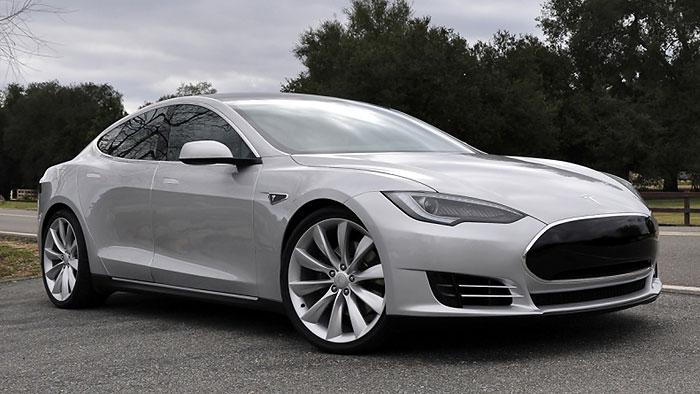 Daimler und BMW nach Brand eines Tesla S gelassen