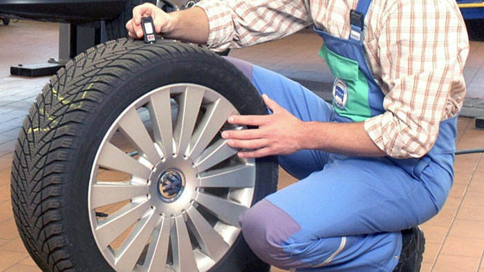 Reifen auf Alterungsrisse prüfen
