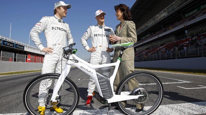 Nico Rosberg und Michael Schumacher mit Smart-Chefin Annette Winkler