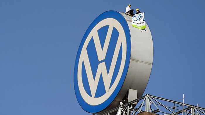 Greenpeace-Aktivisten auf dem Dach des VW-Verwaltungsgebäudes in Wolfsburg