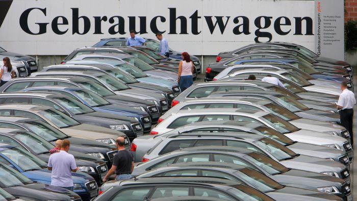 Vor dem Kauf sollte man Gebrauchtwagen gründlich durchchecken.