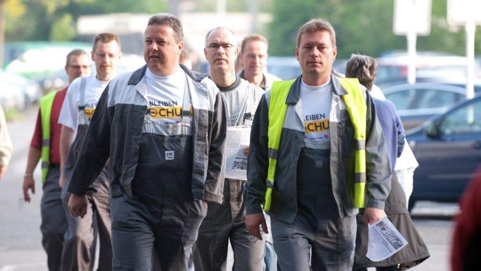 Opel-Mitarbeiter in Bochum auf dem Weg zur Betriebsversammlung.