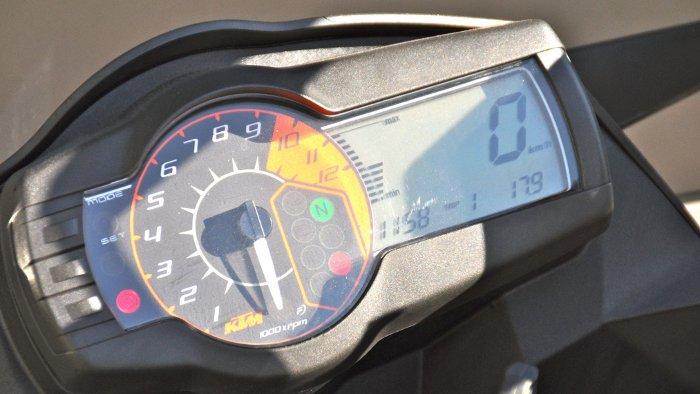 Das Cockpit der KTM SM T