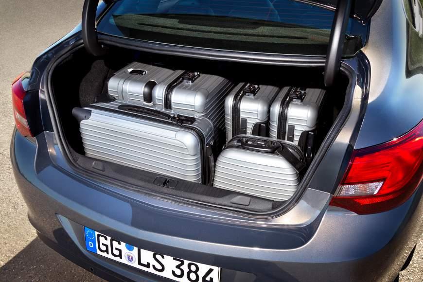 Im Kofferraum der Stufenheck-Variante des Opel Astra lassen sich 460 Liter Gepäck verstauen.