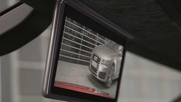 Audi ersetzt im R8 e-tron den Innenspiegel durch einen Monitor.