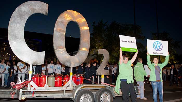 Greenpeace protestierte bei der Weltpremiere des VW Golf 7. Er hätte seine Klimaziele verfehlt.