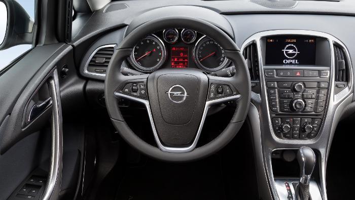 Das Cockpit der neuen Opel Astra Limousine.