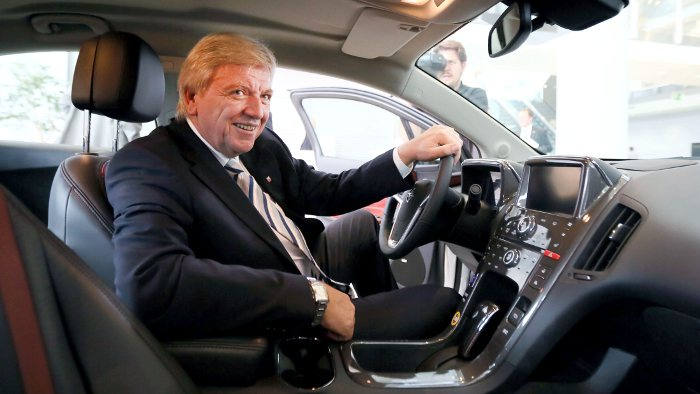 Der hessische Ministerpräsident Volker Bouffier im Opel Ampera.