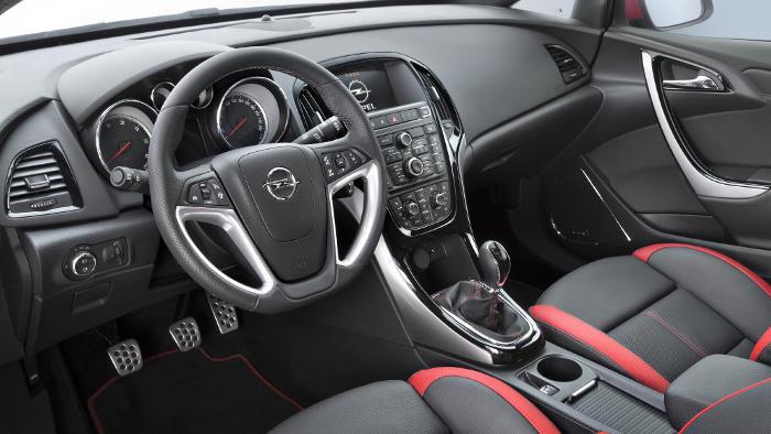 Das Cockpit des Opel Astra GTC Biturbo
