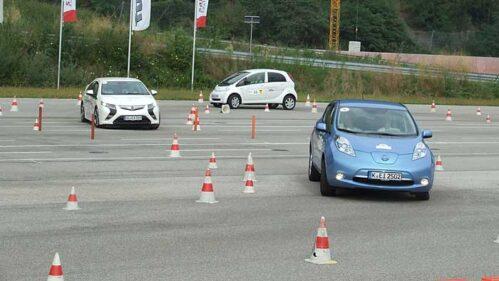 Elektroautos auf dem Handlingkurs.