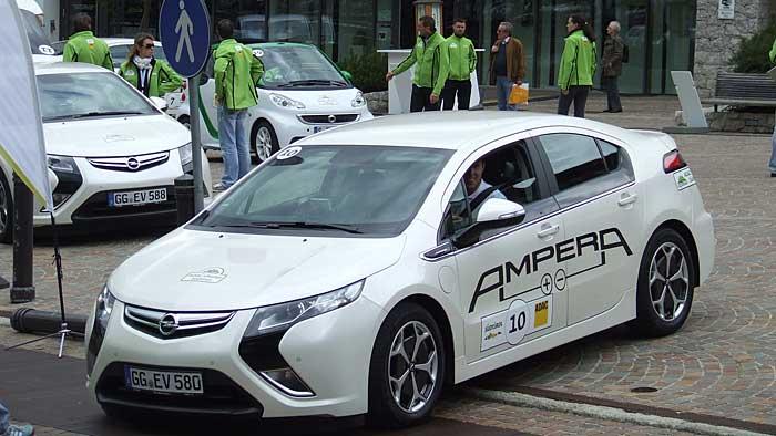 Der Opel Ampera beim Etappenstart der ADAC eRallye Südtirol.