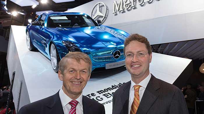 Daimler-Vorstand Thomas Weber und AMG-Chef Ola Källenius (r.) vor dem SLS AMG Electric.