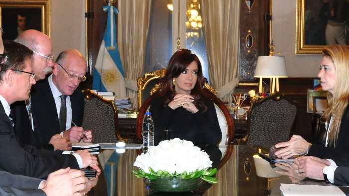 Dieter Zetsche (2. v.l.) und Argentiniens Präsidentin Kirchner (m.)