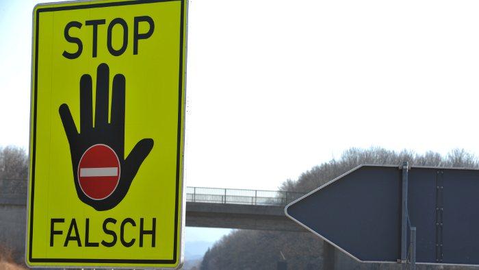 Falsche Richtung: Warnhinweis für Geisterfahrer.